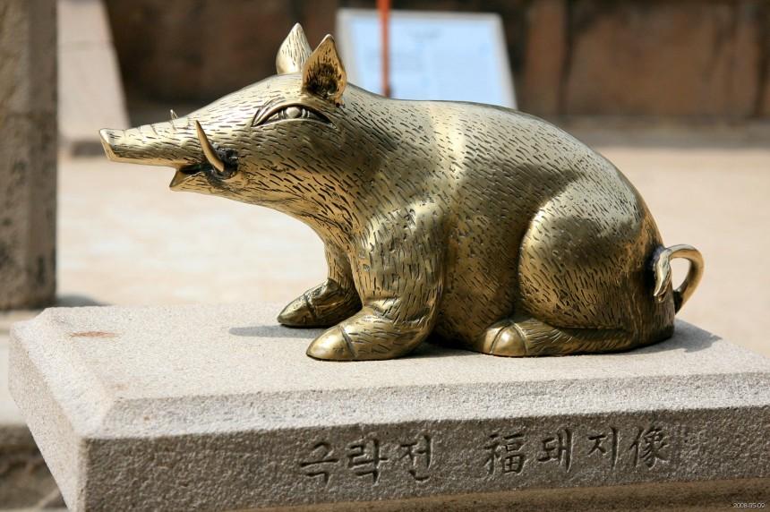 Korea-Gyeongju-Bulguksa-Gilt_bronze_pig_sculpture-01